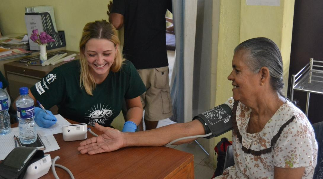 A student gets medical work experience abroad in Sri Lanka during a community outreach.